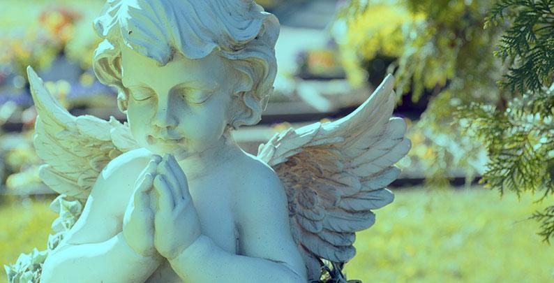 Engelfigur auf Friedhof – Anonyme Bestattung